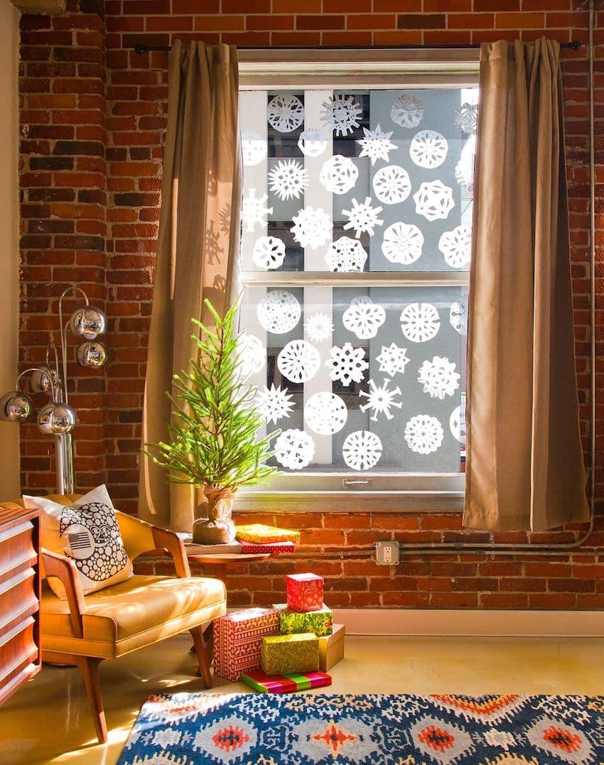 С помощью бумажных снежинок можно сотворить настоящий шедевр на окне