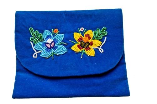 Niebieska torebka z haftem