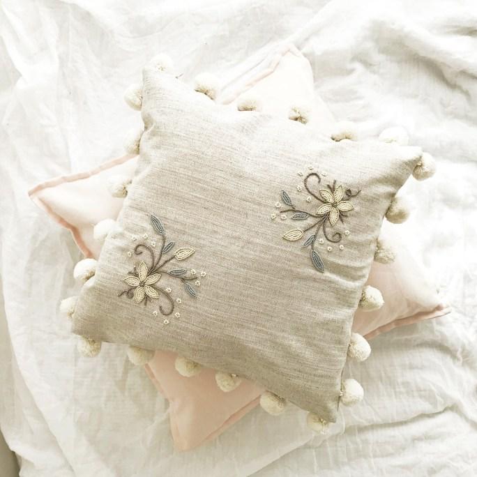 Lniana poduszka z kwiatem