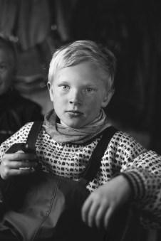Magerøya, en Norvège - Mikael Ánde, un enfant du peuple Sami – éleveurs de rennes – se réchauffe un moment à l'intérieur. Il a passé la journée dans le froid pour rassembler les bêtes du troupeau et les vacciner. Les éleveurs de rennes commencent à apprendre le métier dès leur petite enfance, comme Mikael.