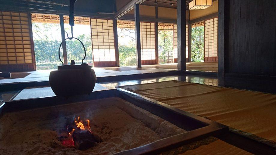 岡本民家園の古民家内部。囲炉裏の火