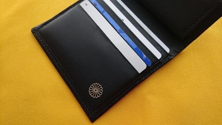 皇居の二つ折り財布。カード入れは4つ