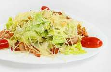 Salada Russa Caesar com Frango Defumado e Croutons