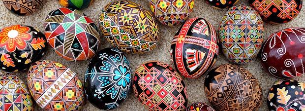 Na Ucrânia, a tradição Pysanka é arte de pintar ovos de verdade para dar de presente.