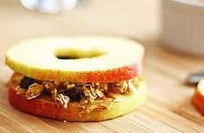 Sanduíche de Maçã com Pasta de Amendoim e Granola