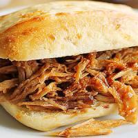 Sanduíche de Costela de Porco ao Molho Barbecue