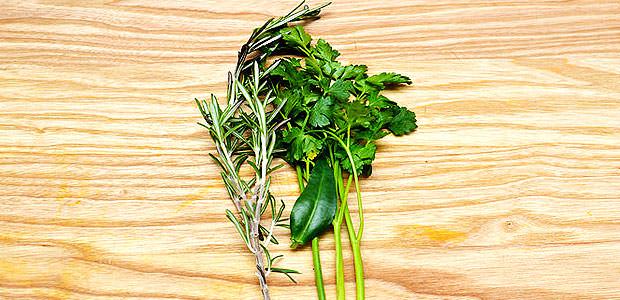 Ervas Tradicionais do BOUQUET GARNI são, Salsa ou Salsinha, Tomilho e folha de Louro