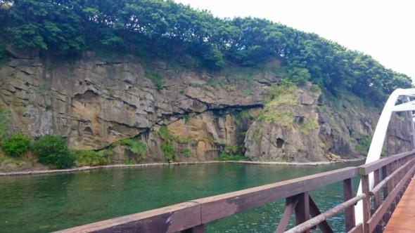 遊歩道からの鴎島の岩肌