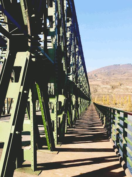Radfahrer welche die Stadt Krems-Stein besichtigen möchten wechseln nun vom südlichen auf die nördliche Donau Uferseite über die Mautener Brücke. die zweitälteste Donaubrücke des gegenwärtigen österreichischen Donauabschnittes. 1463 gestattete Kaiser Friedrich III den Bau einer Brücke von Mautern nach Krems über die Donau. Das führte zu neuen Maut Einnahmen und Handelsverbindungen der Kremser Fernhändler. Diese ursprüngliche Holzbrücke wurde immer wieder durch Brände, Hochwässer und um Feinde am Überqueren der Donau zu hindern wurde sie auch absichtlich, zerstört. 1895 wurde eine handgenietete Stahlfachwerks Brücke unter dem Namen Kaiser-Franz-Joseph-Brücke (bis 1918) für den Verkehr, damals Kutschen und Fuhrwerke, geöffnet. Die Brücke ist denkmalgeschützt und steht im Weltkulturerbe Wachau. Gegen Ende des Zweiten Weltkriegs 1945 wurde die Brücke von der Wehrmacht zum Teil gesprengt. Wenige Wochen danach begann die Rote Armee, in einer Rekordzeit von nur 60 Tagen, mit der Reparatur der wichtigen Verkehrsverbindung. Am 30. September 1945 wurde die Brücke von den sowjetischen Besatzern an die Republik Österreich übergeben.