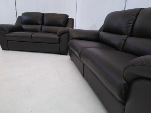 Vista del lado derecho. Conjunto de sofás relax de piel natural de color marrón- Leon