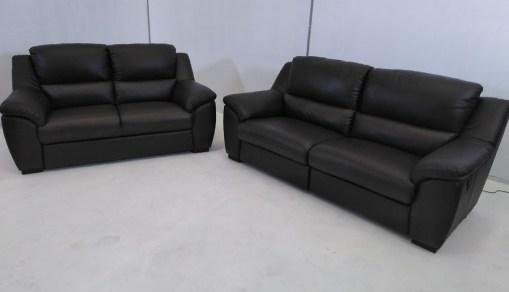 Vista frontal. Conjunto de sofás relax de piel natural de color marrón- Leon