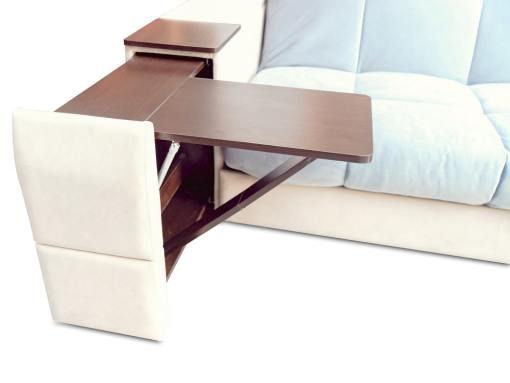 Mesa plegable en el brazo. Sofá modelo Bern. Tela azul claro, tela beige