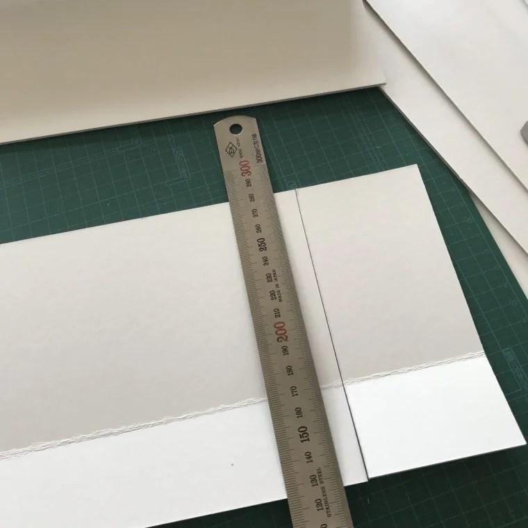 折り曲げた厚紙