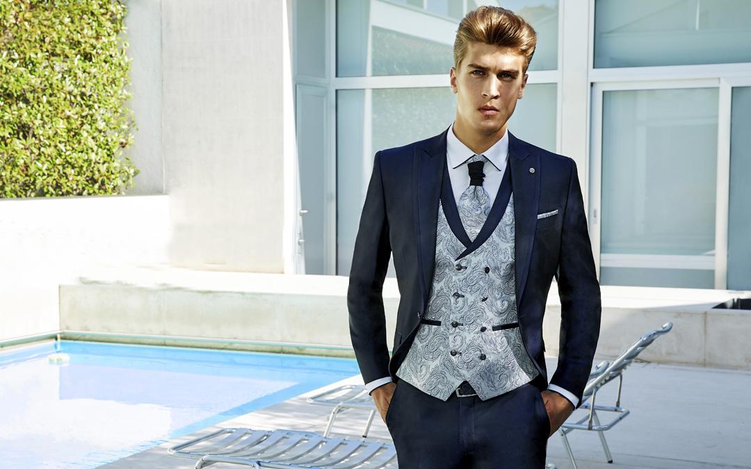 traje de novio azul con chaleco claro
