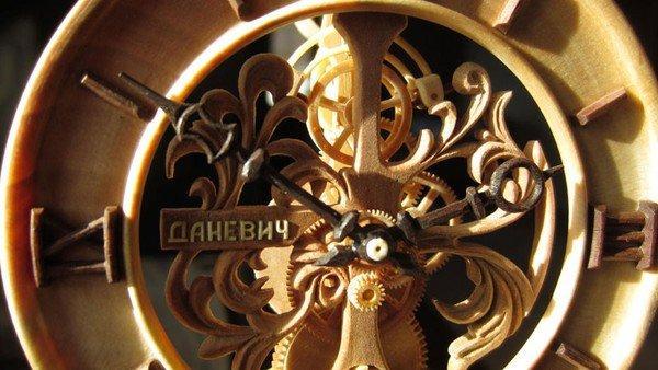 Đồng hồ chạy được chạm khắc hoàn toàn từ gỗ 12