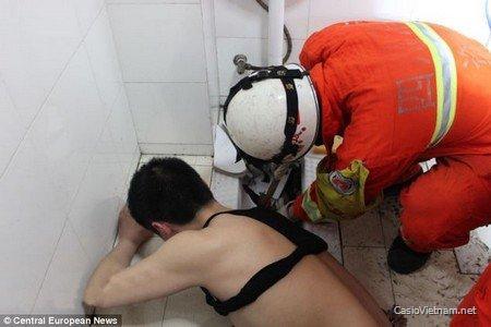 Nhân viên cứu hộ đang giúp Chen Ho