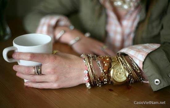 Nổi bật xu hướng mix vòng tay với đồng hồ