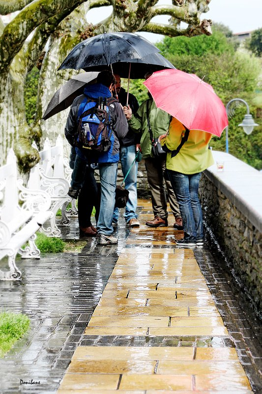 People at Mundaka in a raining day by Donibane