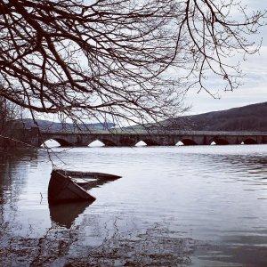Puente con barca hundida