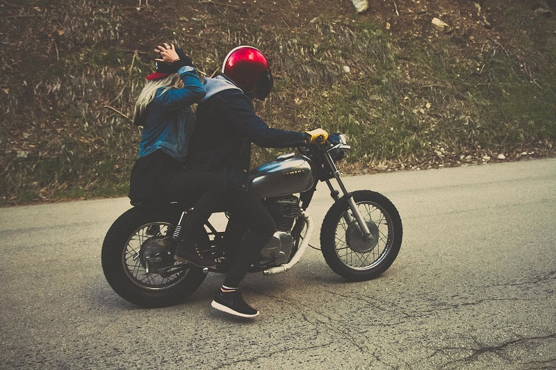 Pasajero sin casco multa moto