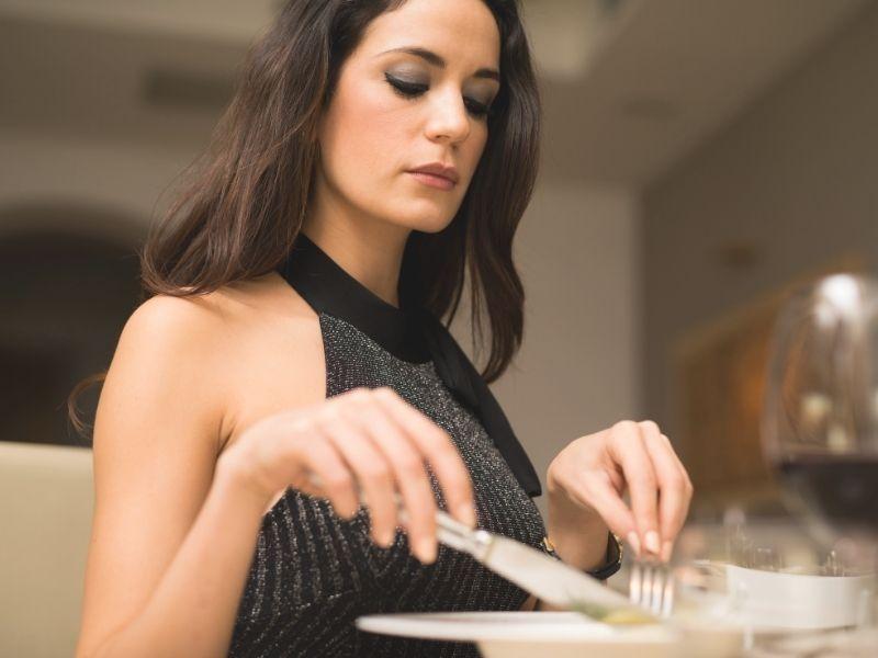 how an elegant woman eats