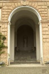 La scala che fa d'accesso all'entrata del castello. Sotto questa scala è morto il conte Fabrizio.