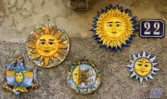 Ceramiche sui muri delle case vicino alla scalinata