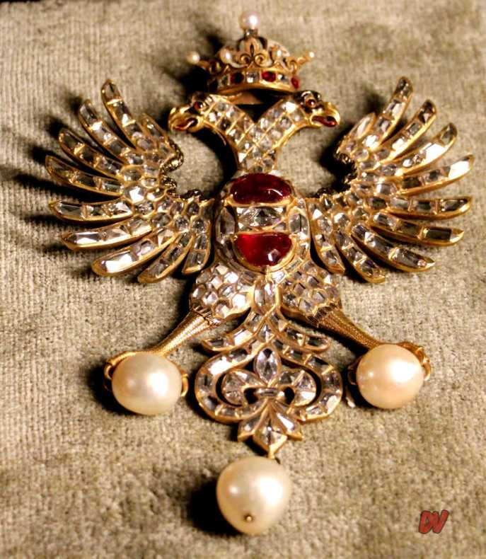 Spilla con aquila a due teste, con rubini, perle e diamanti.