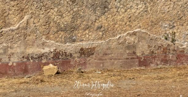 Intonaco antico raffigurante la base di una colonna