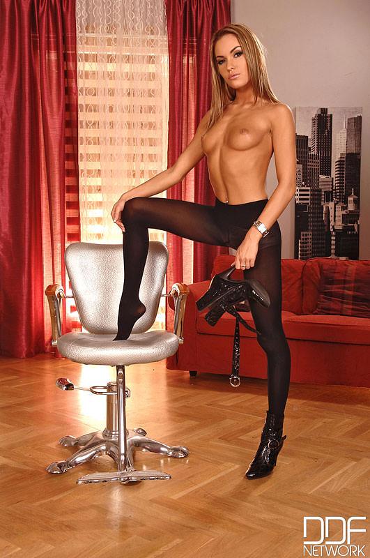 Ragazza bellissima in collant neri e vestito corto