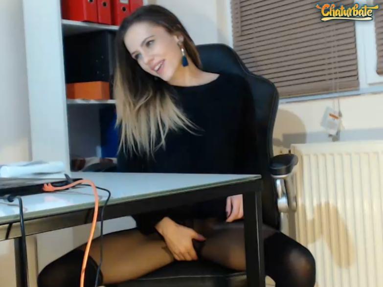 Una bellissima camgirl in collant si masturba in diretta