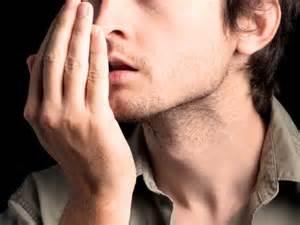 homem com mau hálito Causas e remédio para o mau hálito?
