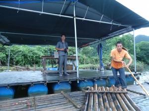 photos of bamboo rafting in yangshuo