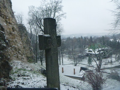 A cross at the top of the walk to the Castle entrance.