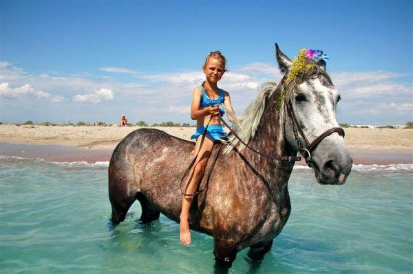 Фото отдыха с детьми: Девочка на лошади в море