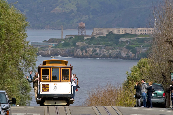 sf-cable-car-at-top-of-hill-small