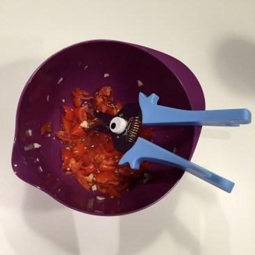 Tomaterne klippes i stykker