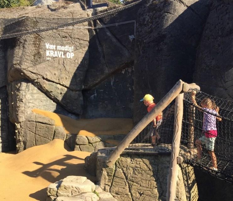 Legeplads med klatrevæg i gamle dyregrotter