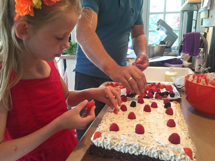 Tøsepigen pynter sin kage