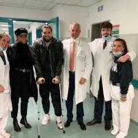 Simona Ventura in ospedale col figlio ed è subito bufera. Travolta dagli insulti per la foto