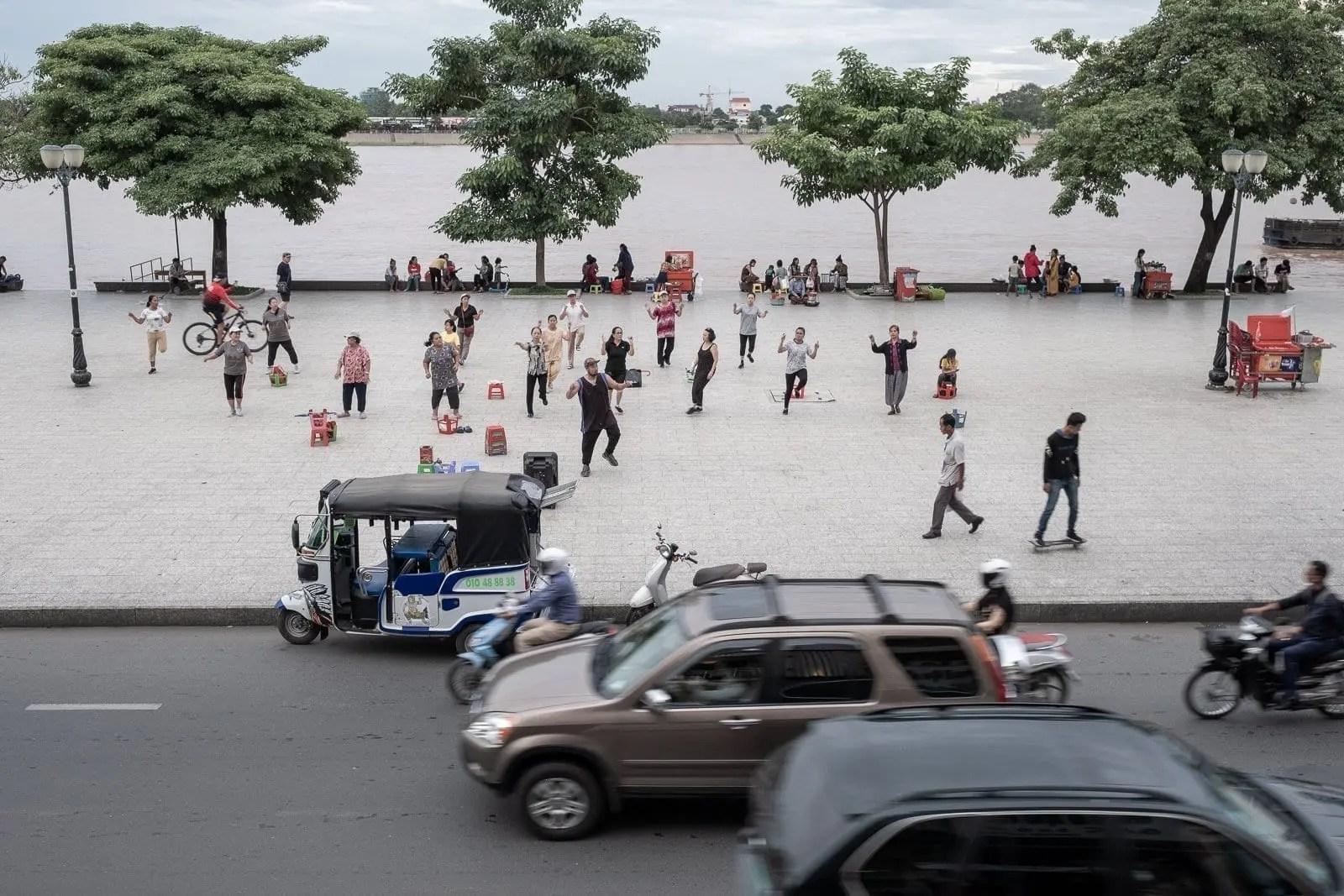 Ginnastica libera a Riverside, Phnom Penh | ©2019, Gabriele Orlini