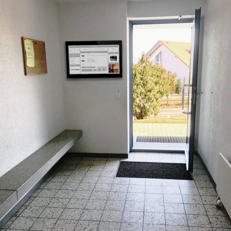 Digital Signage im Hauseingang eines Mehrfamilienhauses