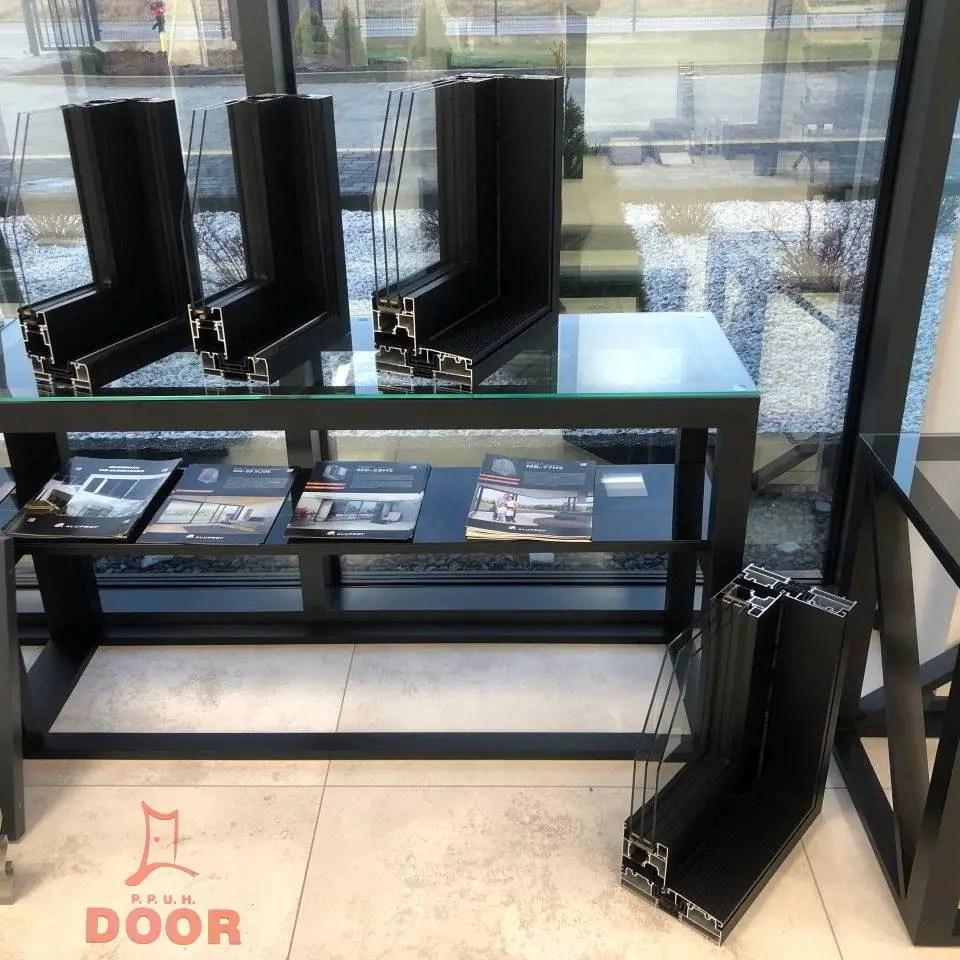 wystawa produktów drzwi okna konstrukcje aluminiowe parapety