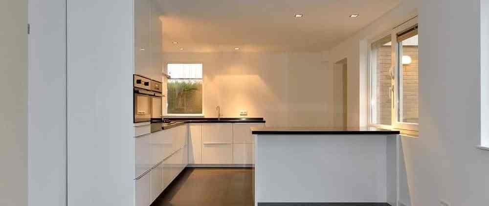 Witte op maat gemaakte keuken met wit gestucte muren