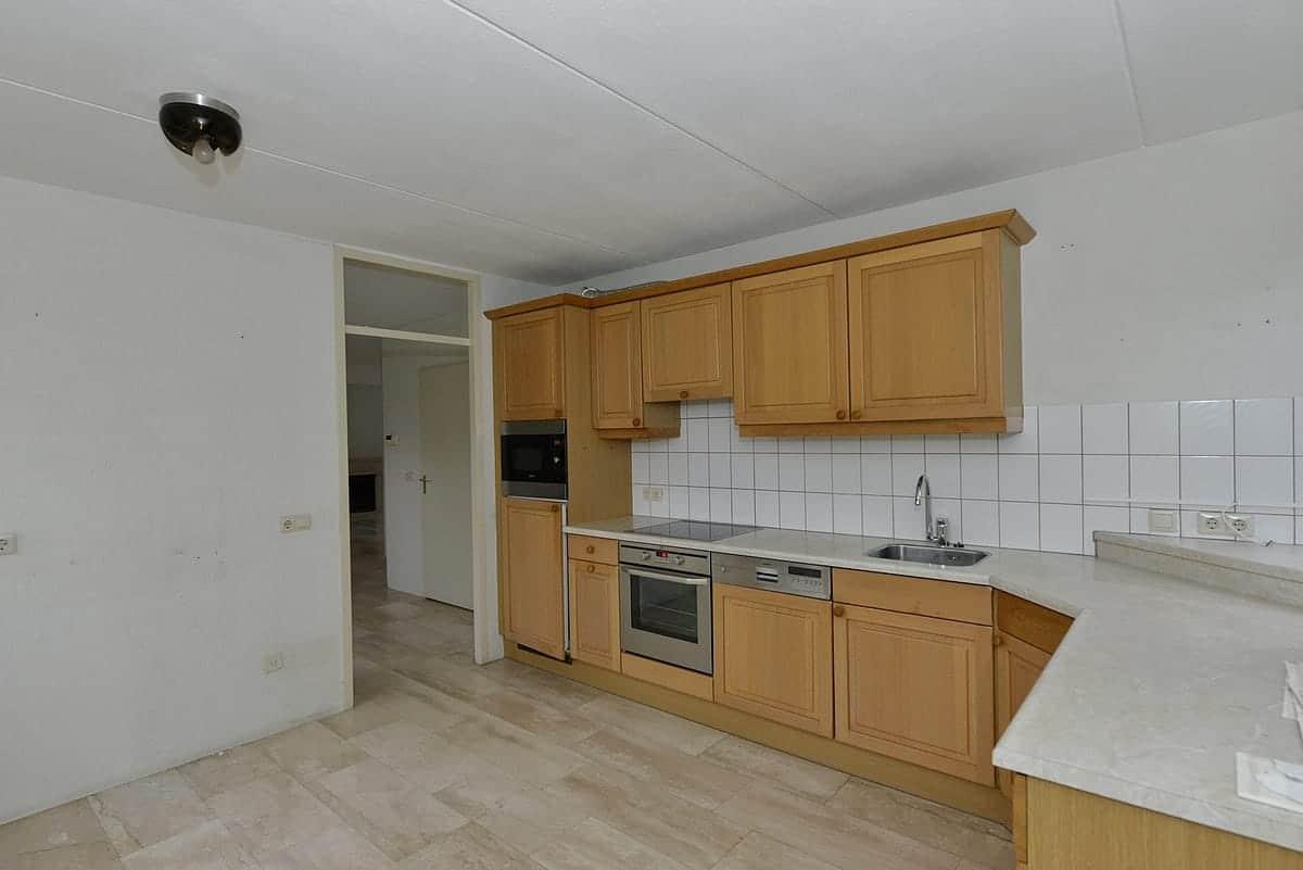 Oude keuken voor de verbouwing van een woning.