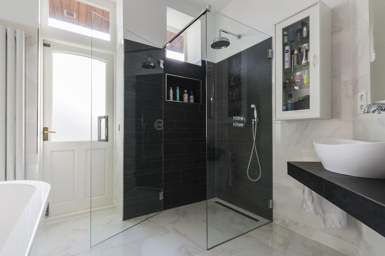 barok badkamer met marmerlook tegels