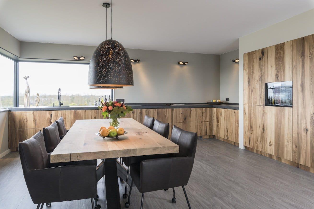 Een eiken houten keuken van doorSchor in een appartement