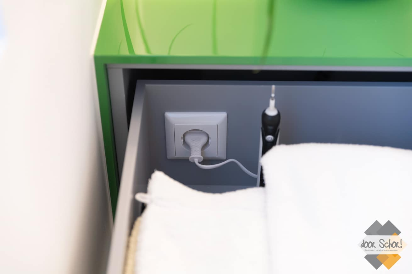 Stopcontact in een lade van een maatwerk badkamer meubel