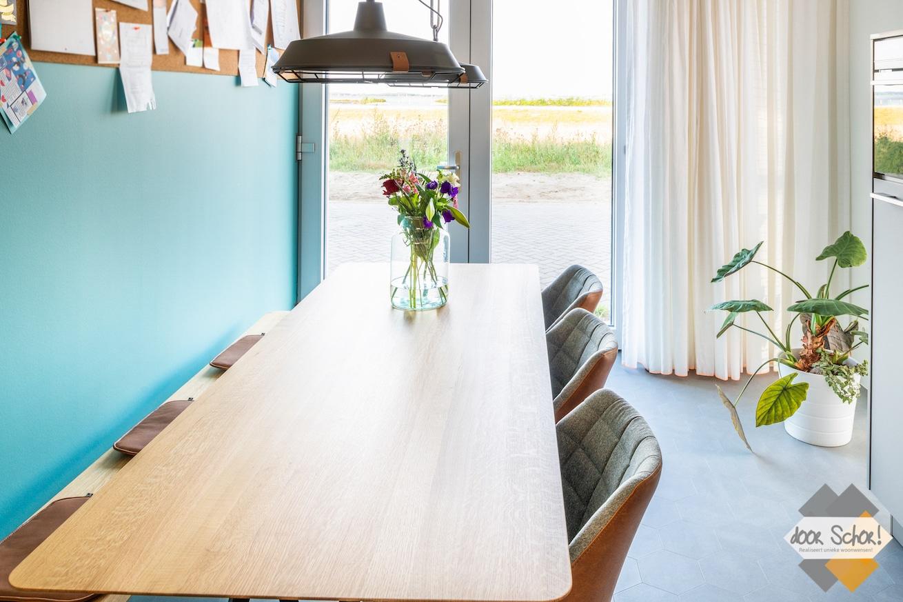Eiken houten tafel met 3 stoelen en een zitbank
