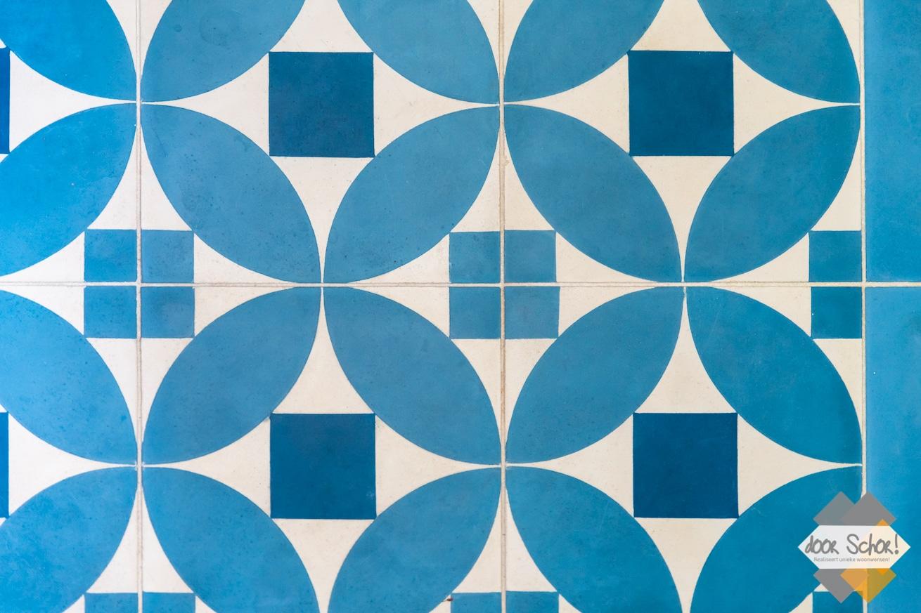 Vrolijke blauwe tegels in het toilet